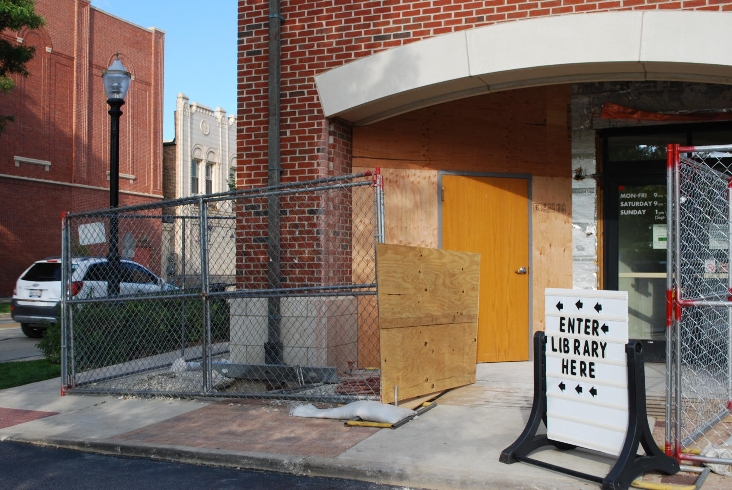 A sign directing visitors of La Grange Public Library to a temporary entrance (Klein/LION)