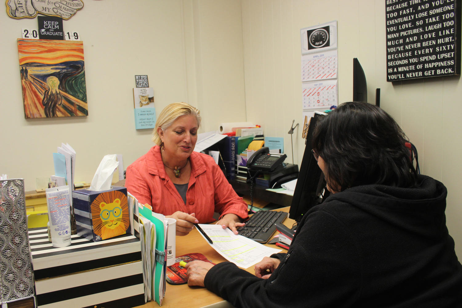 Kris Costopoulos talks with assistant Cathy Moreno (Kulat/LION).