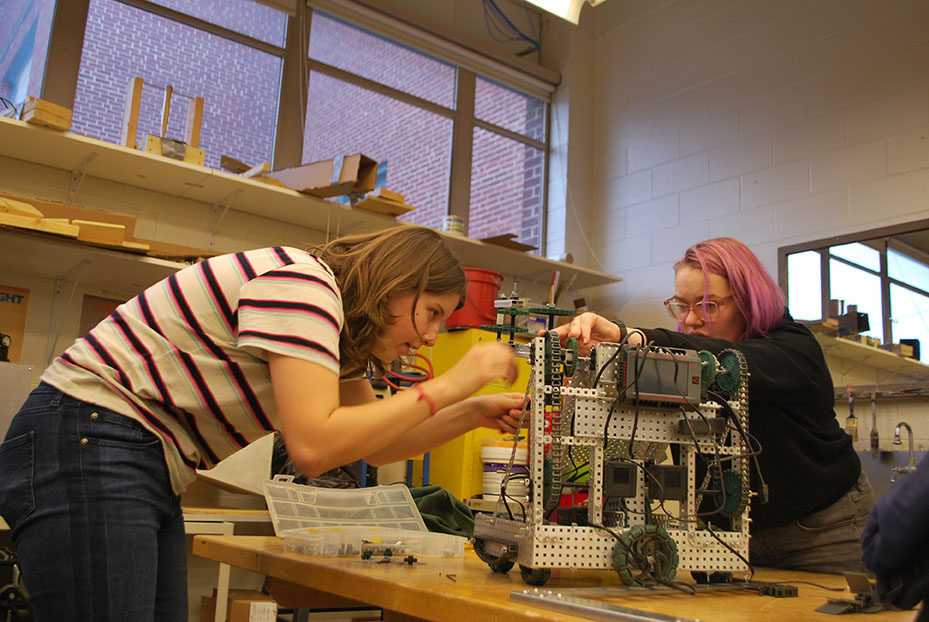 Margaret Hall '21 and Emma Burns '21 collaborate to build a robot (Schultz/LION).